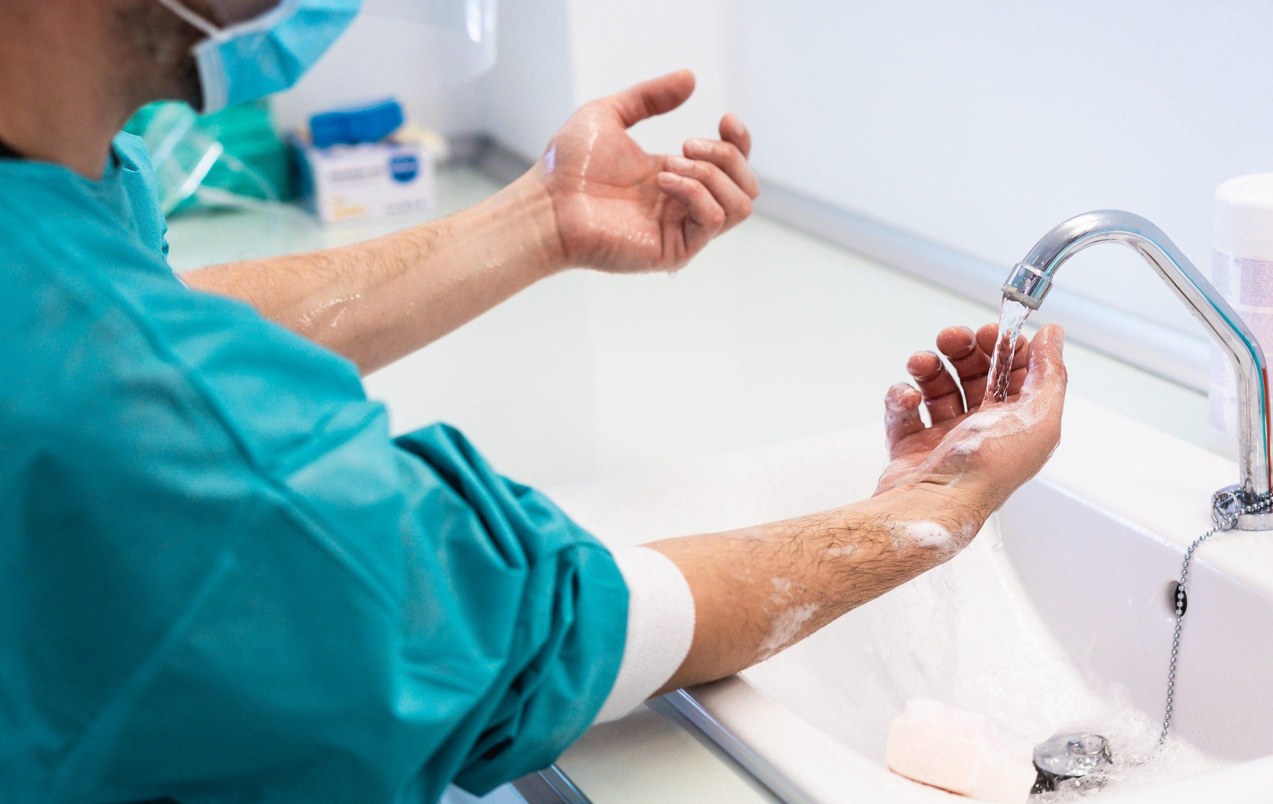 医師が手洗いをしている